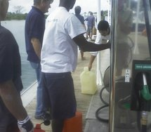La queue pour un peu d'essence. Mais nombre de postes ont réouvert
