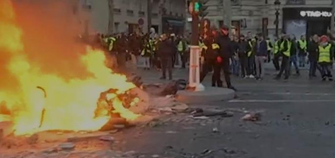 Quand la colère allume le feu à Paris (capture d'écran reportage Cnews)