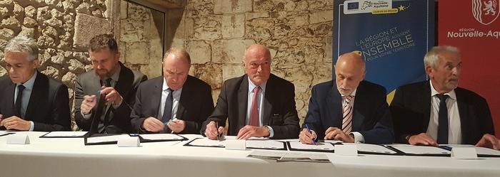 Signature de l'accord à Château Dillon (DR)