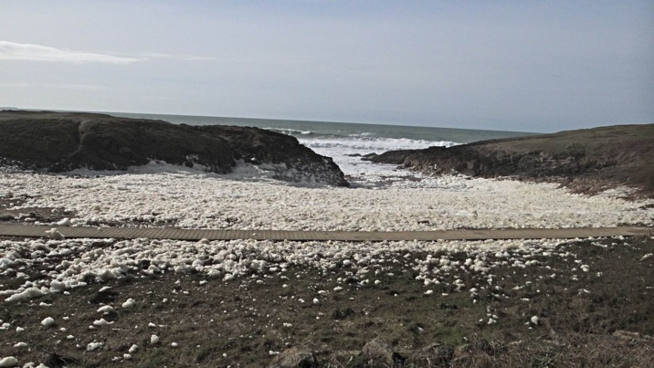 """Les tempêtes successives """"écument"""" les côtes bretonnes"""