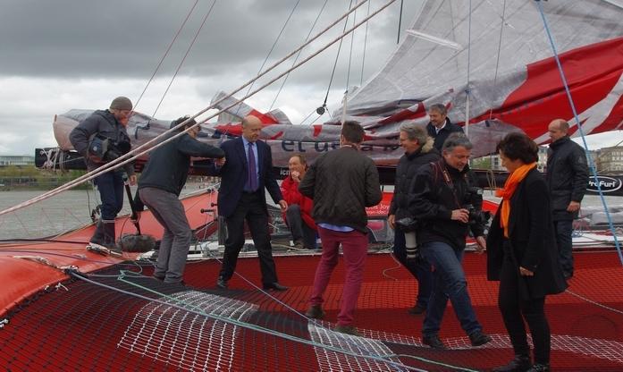 Francis Joyon au port de Bordeaux sous le signe du football