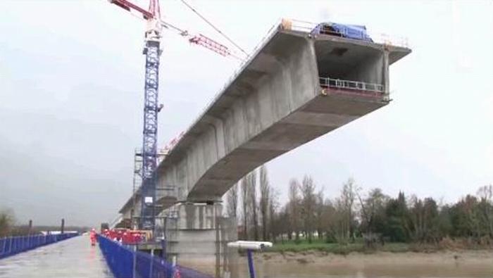 Le viaduc en construction sur la Dordogne (ph copie écran, lgv sea-tours)
