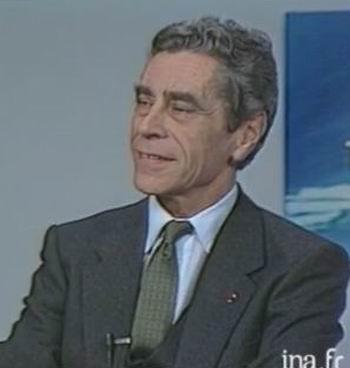 Yves Guéna commentant son livre à la télévision (ph capture d'écran vidéo INA)