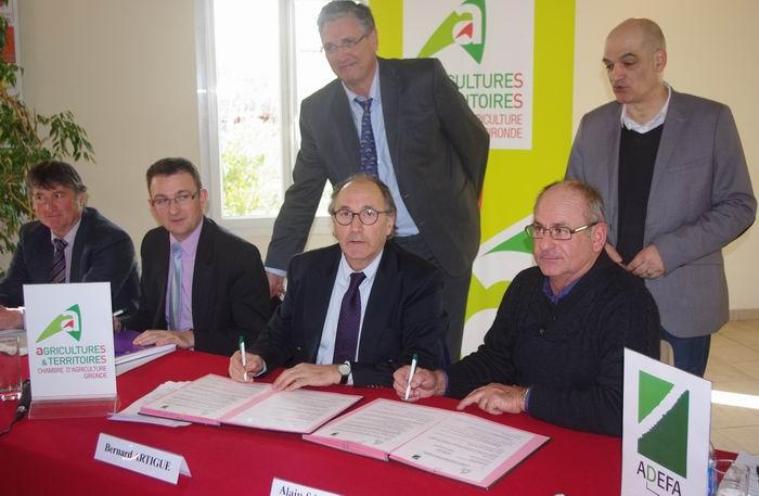 La signature de la convention en présence de Bernard Artigue, président de la chambre d'agriculture de Gironde (Ph Paysud)