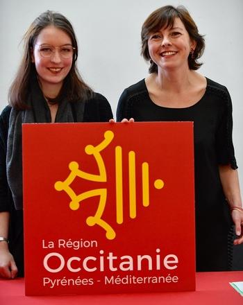"""Léa Filipowicz et Carole Delga avec le """"blason"""" de la Région (Ph Laurent Boutonnet)"""