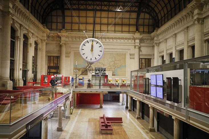 Installation de la nouvelle horlage,hall 1 (photos : Rodolphe Escher/SNCF Réseau)