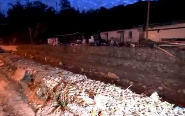 Ce reportage de BFM met en évidence le faible espace laissé à la rivière (Copie d'écran vidéo BFM)
